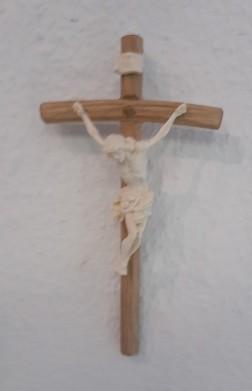 Holzkreuz natur mit Corpus auf gebogenen Balken
