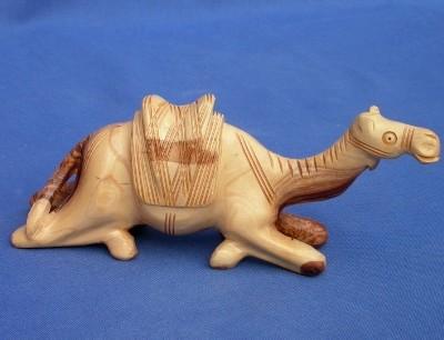 Olivenholz-Kamel, sitzend - ca. 16 cm breit