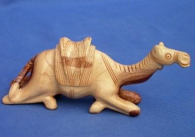 Olivenholz-Kamel, sitzend - ca. 18 cm breit