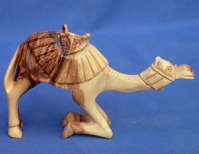 Olivenholz-Kamel mit Muster, aufstehend - ca. 11 cm